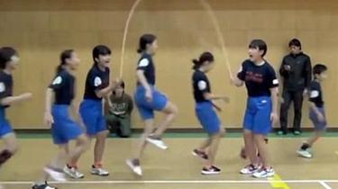 默契!日本小學生花樣跳繩破紀錄 1分鐘225次