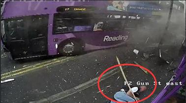男子遭遇大巴車撞擊 淡定起身走進酒吧