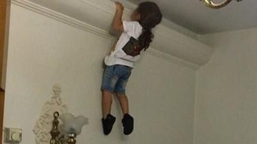 """伊朗三歲""""蜘蛛俠""""大秀運動能力 空翻爬墻不在話下"""