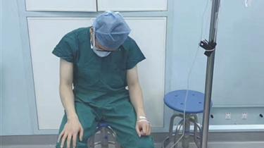 帶病工作 醫生手術間歇打點滴