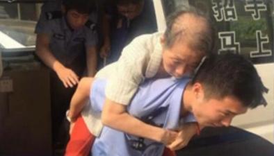 民警背患病老人取錢買藥 老人:我能叫你一聲兒子嗎?