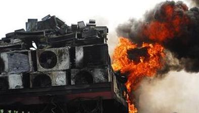 安徽:貨車突發大火 一車冰箱化為灰燼
