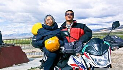 84歲老太和兒子騎摩托去西藏 海拔五千米不夠高