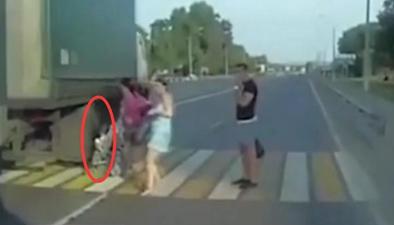 """俄羅斯一女子推嬰兒車過馬路 寶寶與大貨車擦""""臉""""而過"""