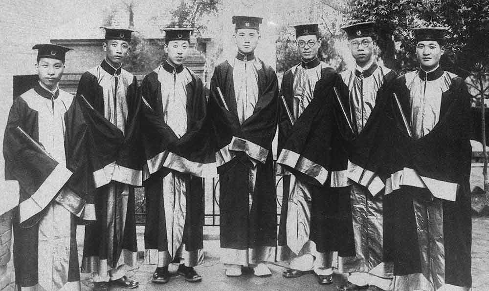 圖為1933年,吳英愷于遼寧省沈陽市遼寧醫學院(即盛京醫科大學)畢業時與全班同學合影。