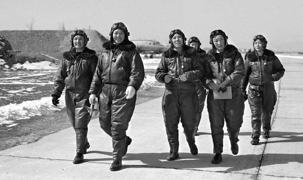 這是新中國的第一批女飛行員陳志英(左二)、魏礫(左一)等在機場上。