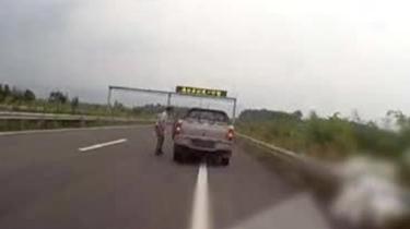 """跑半路車沒油 """"摳門""""司機竟在高速上推車走"""