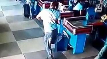 巴西超市員工接掉落商品 無意間炫足球技能