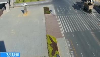 貴州碧江:水泥罐車側翻撞上路邊攤