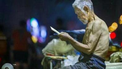 """82歲老人街頭磨刀 """"靠手藝掙錢""""拒絕施舍"""