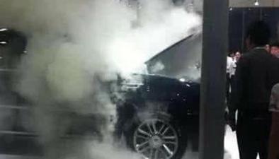 揚州:充電寶放車內 高溫引起自燃
