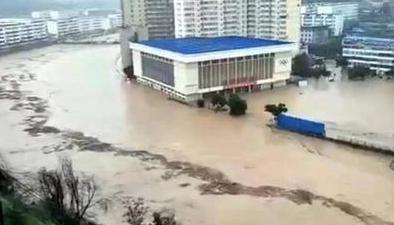 陜西綏德:暴雨突襲致洪災航拍洪水圍困下的綏德縣城