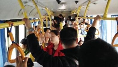 公交車裏站滿人 主人讓寵物狗獨佔座位