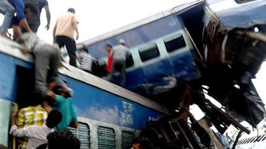 印度火車脫軌事故造成上百人傷亡