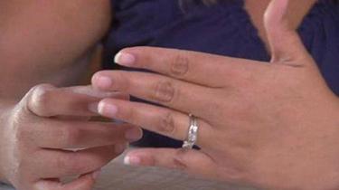 夫妻出國度假丟失鑽戒 9年後故地重遊在馬路縫裏找回