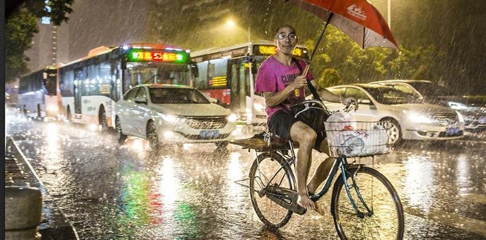 """臺風""""天鴿""""繼續 帶來狂風暴雨"""