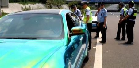 8名男子搶劫瑪莎拉蒂 半路沒油停在警察眼前