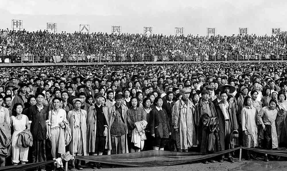 1951年6月30日,中國共産黨成立30周年大會代表在國歌聲中肅立