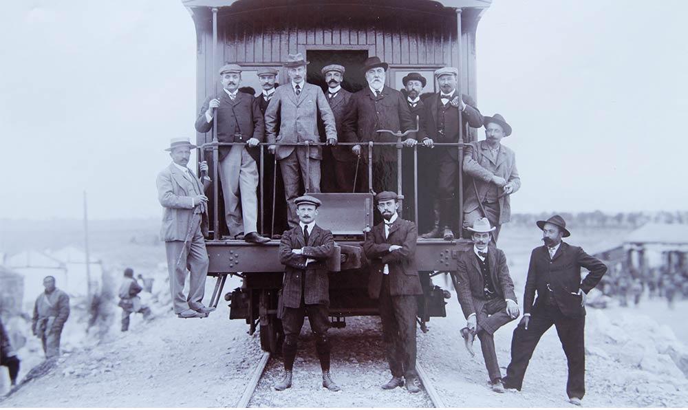 1906年,通車儀式上外方代表。通車儀式據説共搞了三次,分別在北京、黃河大橋附近以及漢口。