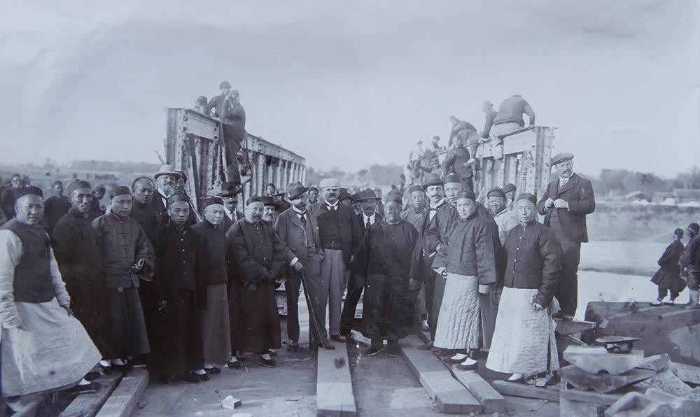 黃河鐵橋修建過程中Jadot和工人合影