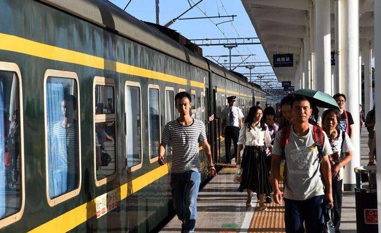 """""""雙節""""假期第二天鐵路出行:今天鐵路預計發送旅客超千萬人次"""