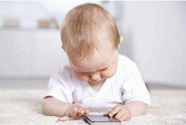 切莫長時間看手機 孩子也要當心頸椎勞損