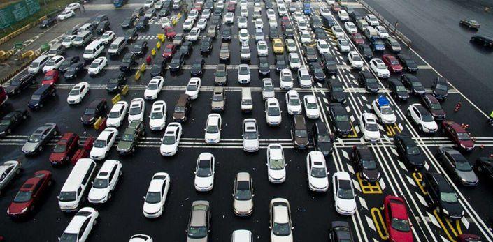 長假出行人數多 高速公路排長龍