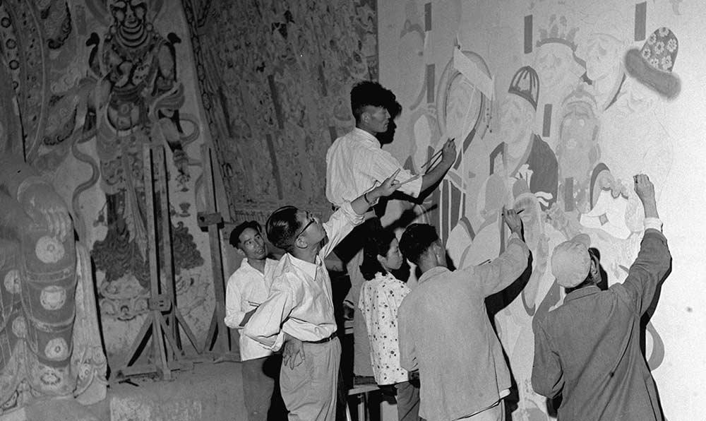 敦煌古文物研究所工作人員在臨摹巨幅壁畫。