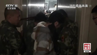 安徽:電梯故障墜落十余層 消防營救被困者