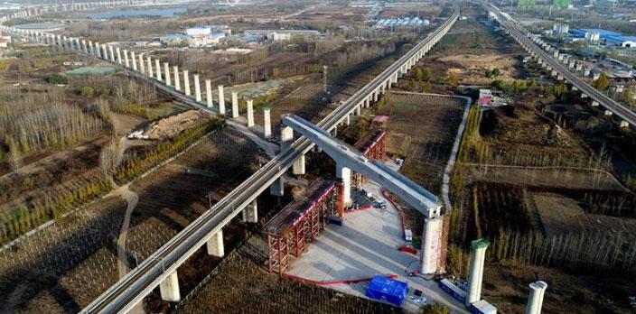 鄭萬高鐵萬噸大橋空中轉體 成功跨越京廣高鐵