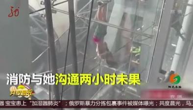 泰國:機場大樓 女子高空倒挂