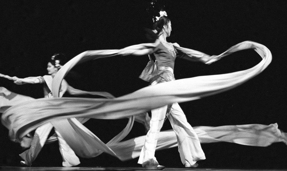 1988年5月,東方歌舞團演員在北京表演舞蹈《飛天》