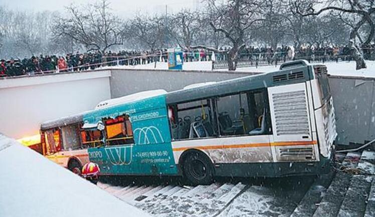 俄羅斯:莫斯科公交車衝入地下通道 四人死亡