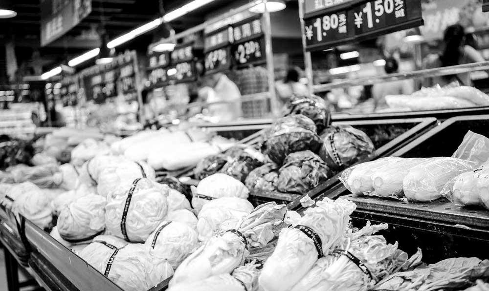 現代化蔬菜超市裏的蔬菜
