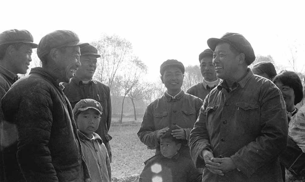 縣委書記陳庭元(前右)在亮崗公社衝後生産隊傾聽農民的意見。