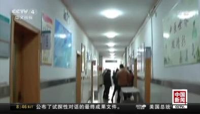 河南焦作:男子乘車突發疾病 眾人合力救助