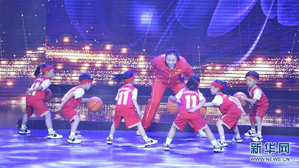 邵婷和孩子们进行篮球互动