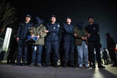 破獲跨國詐騙案:四川警方押解29名電信詐騙嫌犯歸案