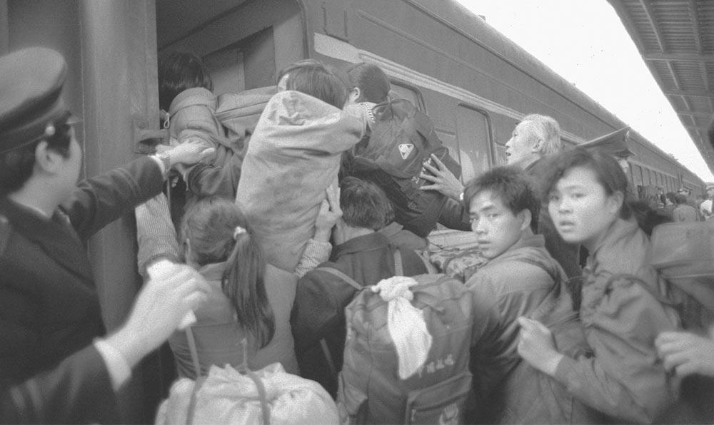 1993年1月,重慶往火車站往車上擠的乘客。