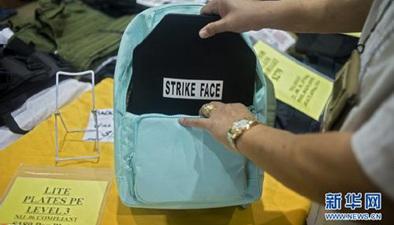 美國佛州槍支展:防彈書包熱賣 價格達500美元