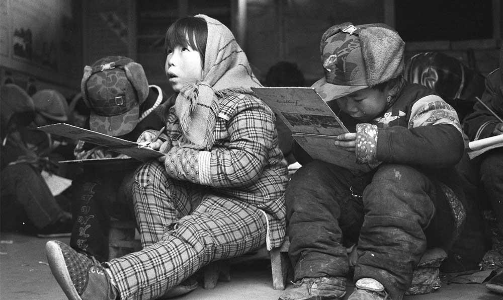 河北省順平縣地處太行山區,山村教師在條件困難的情況下盡心盡責,小學生們在寒冷的教室裏發奮讀書。