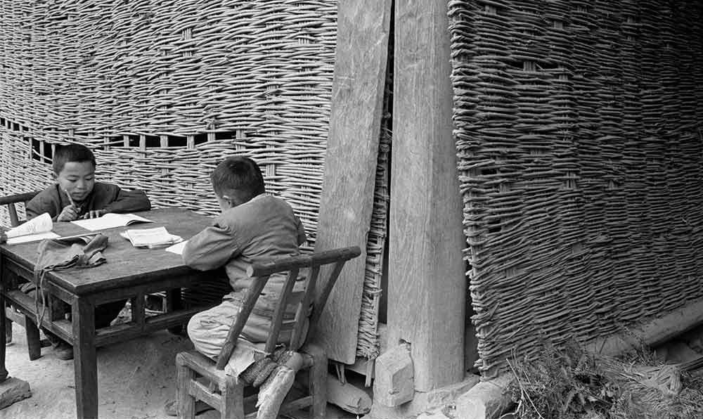松桃苗族自治縣放學回家做作業的兩個孩子