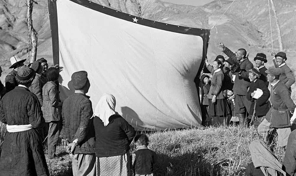 放映電影的銀幕在帕米爾高原上撐起來了,遠近的柯爾克茲族牧民們都趕來看電影。