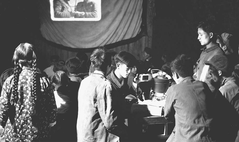 貴州省黔東南苗族侗族自治州岑鞏縣注溪公社的幻燈組在為社員放映幻燈。