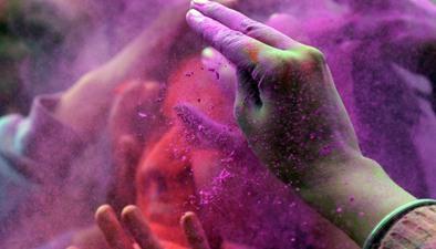 印度婦女棒打男人 潑灑顏料歡慶灑紅節