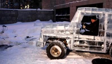 """冰雕能上路? 俄男子6噸冰塊""""造車"""""""