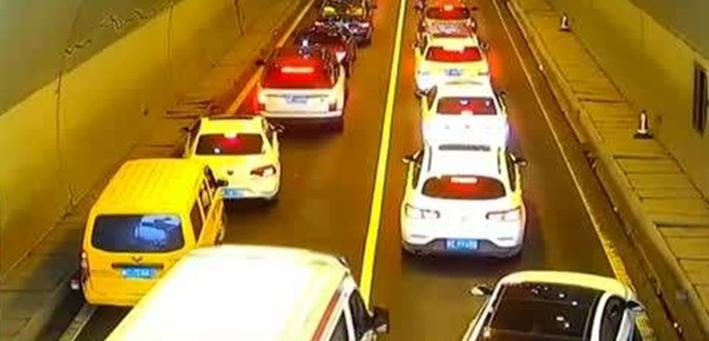 救護車高速隧道遇堵 駕駛員自發讓出生命通道