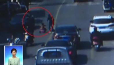 新聞現場:三歲男孩騎童車上路 好心市民相助