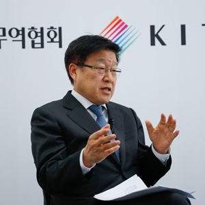 专访韩国贸易协会会长金荣柱:中国模式为世界提供发展范本