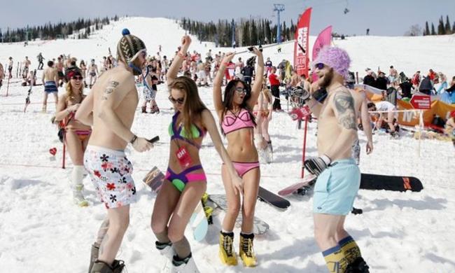 俄羅斯1800人穿泳裝滑雪 望打破世界紀錄
